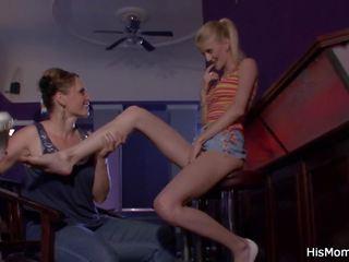 online tieners klem, zien seksspeeltjes film, lesbiennes