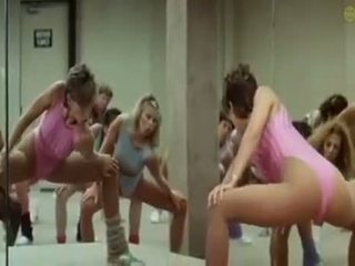 Sexy holky doing aerobics exercises v a zvrátené spôsob