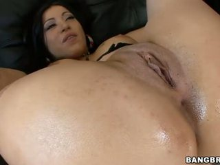 Woman gives deep throat and gets her cunt fucked