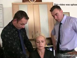 Oud blondine enjoys two cocks