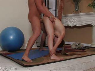 Jamie elle opens 넓은 그녀의 긴 다리 용 a 큰 수탉