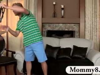 Milf madrasta catches adolescentes caralho em dela sofás