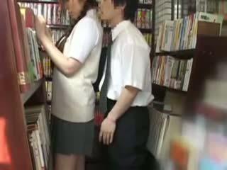 Ujo koulutyttö haparoi ja used sisään a bookstore