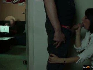 Stiefmutter saugen stepson 18yo während papa ist beobachten fernseher #pov ins gesicht #swallow