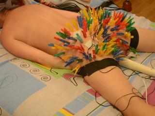 100 clothespins जोड़ना buttocks मिलना उसकी unusual खुशी