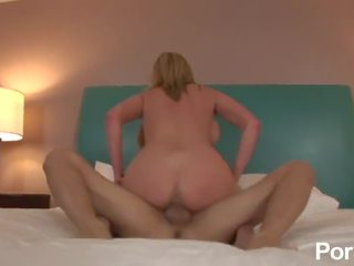 Grande titty mommas 4 - cena 3