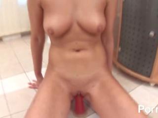 Manis rambut pirang pleasures dia alat kemaluan wanita dengan warna merah muda penis buatan