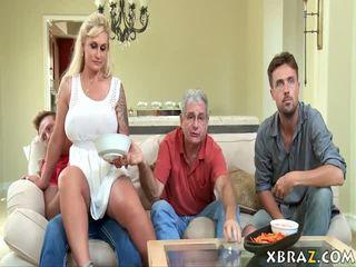 Belle mère milf seduces son stepson avec son papa droit là