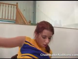 孩兒 sarah blake bounces 她的 taut twat 向上 和 向下 一 meaty 公雞