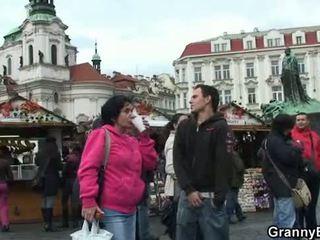 Old babi turist jumps na njegov tič