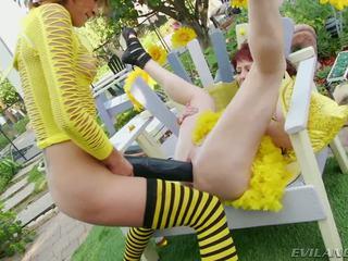 Slutty bee gets pounded দ্বারা বড় কালো dildos এবং cocks