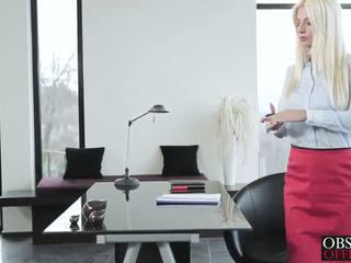 Gorące blondynka jessie volt bends przez w the biuro na a na twarz