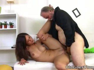 Alyona è un sexy giovane donna e lei è sitting su il lap di suo maggiore sexy uomo