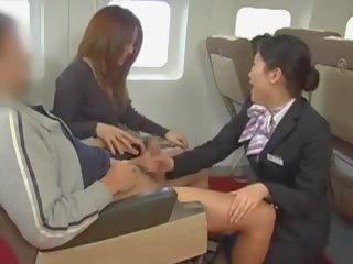 Japanische Stewardessen sind Facesitting und ficken Piloten in asiatischer Orgie