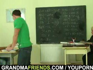 Veľmi starý učiteľka je pounded podľa two boys