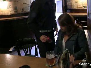 Vecchio puttana picked su in il bar e screwed