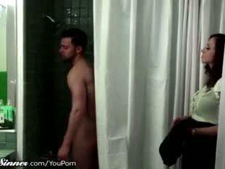 Madrasta waits para filho em o duche
