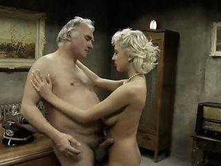 古い 男 fucks 3 甘い 若い 女の子