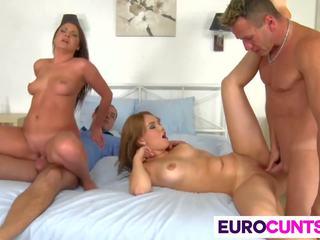 Euro 女孩 kristina miller 和 courtney blue 性交.