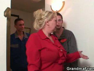 Gammal grannyen offers henne fittor som en payment