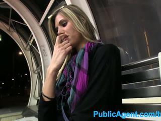 Publicagent hot tall babe spreads henne ben til kontanter i offentlig