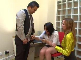 Schüchterne und mollige Asiatin Mao Mizusawa reitet Dildo und Schwanz