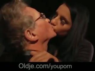 70 years 늙은 guy 거대한 수탉 빌어 먹을 cutie 소녀 에 blind 날짜