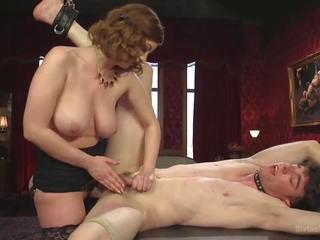 Unglaublich heiße BDSM-Action mit Herrin und ihrer süßen Sklavenhure