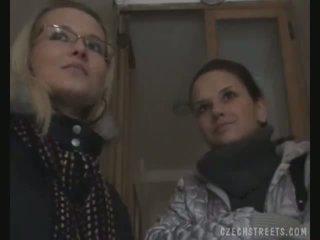 Two filles picked jusqu'à sur la rue pour sexe