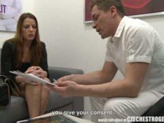 Jauns meitene kļūt extremely karstās pēc estrogenolit