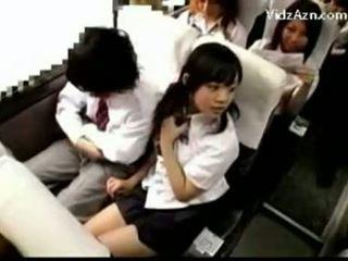 เอเชีย หญิง jerks ปิด a เด็กผู้ชาย ใน schoolbus