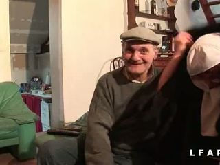 Une vieille nonne baisee et sodomisee par papy et בן pote
