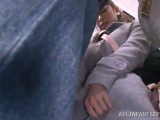 Asiática sweetie has raped en la público autobús