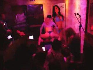 brunette gepost, plezier orale seks mov, een groepsseks scène