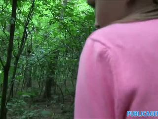 Publicagent innocent patrząc nastolatka pieprzenie w the woods