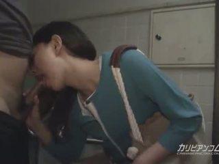 Aziatisch milf pijpen bij publiek restroom