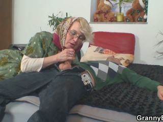 Lonely 70 years 老 奶奶 slammed 从 背后: 高清晰度 色情 50