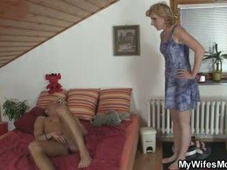 Girlfriends príťažlivé mama helps ho semeno
