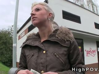 Blondine amateur pijpen pov in publiek