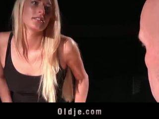 Mladý podvod manželka nadržený pro hluboké kouření cumhot fucks bald starý člověk na domácí <span class=duration>- 6 min</span>
