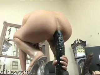 Amber rayne gapes henne idiot med en lång svart dildon