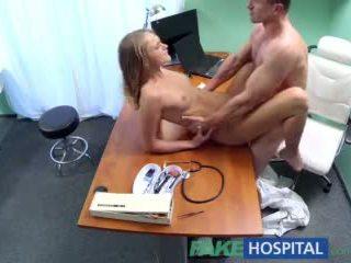 Fakehospital lékař gives pohlaví podpora na pacient