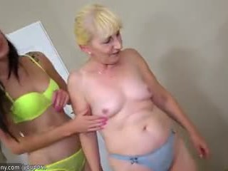 Bruneta lezbické dievča a blondýna lezbické vyzreté mať dlho vibrátor