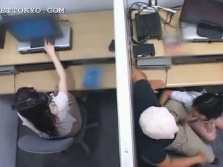 Ado asiatique nympho jumping et suçage bite à travail