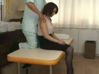 Japoniškas mokinukė gets pakliuvom iki jos massager