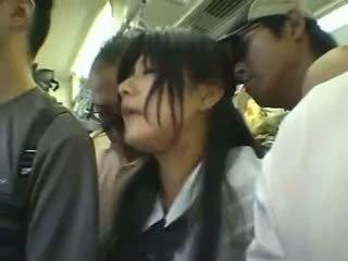 Nieśmiałe dziewczyna gangbanged w a publiczne pociąg