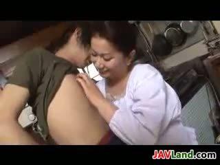 Küpsemad jaapani naine sucks riist jaoks sperma