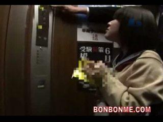 Japoniškas mokinukė čiulpimas ir pakliuvom iki mokytojas į elevato