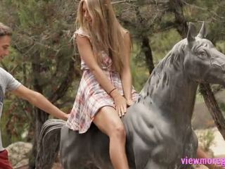 Gražu paauglys anjelica pounded outdoors