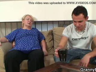 他 easily seduces 老 奶奶